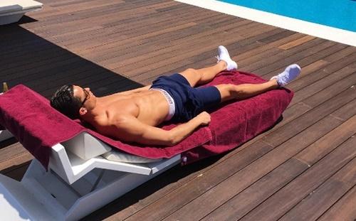 Mặc kệ châm chọc, Ronaldo phởn phơ tắm nắng