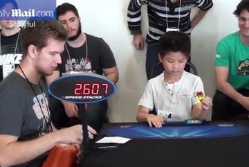 Thần đồng 7 tuổi giải rubik một tay trong 27 giây