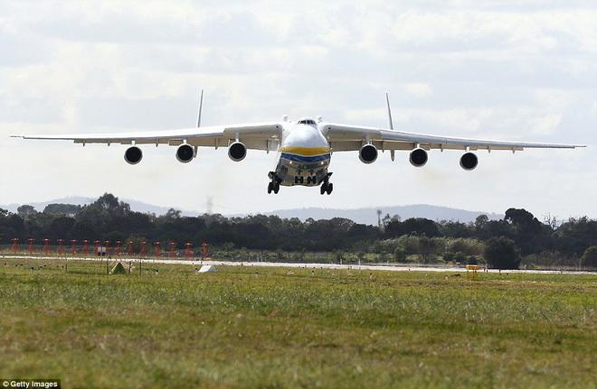 Hàng chục nghìn người xem chiếc máy bay lớn nhất thế giới hạ cánh