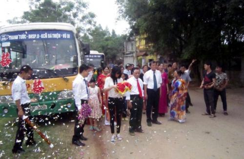 Xôn xao: Rước dâu bằng xe buýt cực độc ở Vĩnh Phúc