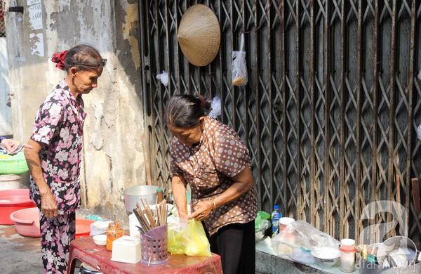 Đằng sau gánh bún riêu vỉa hè 59 năm 'xin gì cũng cho' ngay trung tâm Sài Gòn