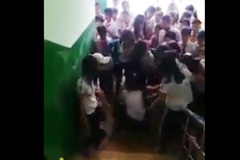Nữ sinh lớp 7 bị đánh trong trường, bạn bè hò reo cổ vũ