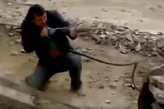 Xem công nhân 'đấu súng' gay cấn như phim hành động