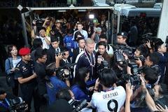Thầy trò Ranieri được chào đón như người hùng tại Thái Lan
