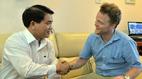 Chủ tịch Hà Nội cám ơn ông Tây lội mương nhặt rác