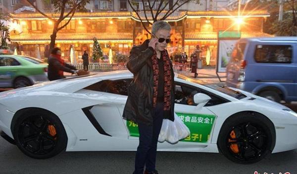Thiếu gia bí ẩn: Lái Lamborghini, Audi... bán rong vỉa hè