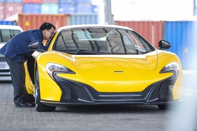 Cường đô la 'gọi', Phan Thành 'trả lời' bằng siêu xe MacLaren vàng tươi