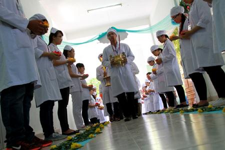 300 sinh viên tri ân người hiến xác cho y học