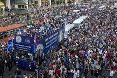 """Leicester """"đại náo"""" đường phố Bangkok khoe cúp vô địch"""
