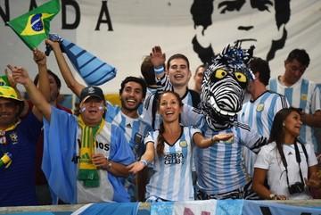 Biểu cảm khó đỡ của CĐV khi nhìn Messi lập siêu phẩm