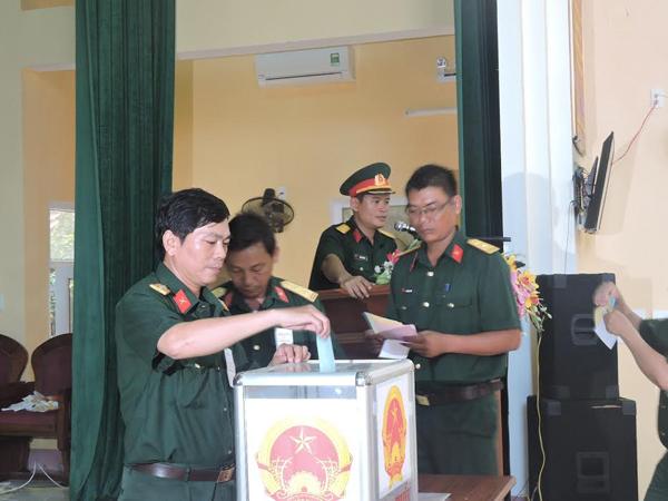 Cử tri vũ trang bỏ phiếu sớm ở Lý Sơn