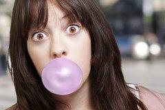Bạn có bị dính ruột nếu nuốt chửng kẹo cao su?