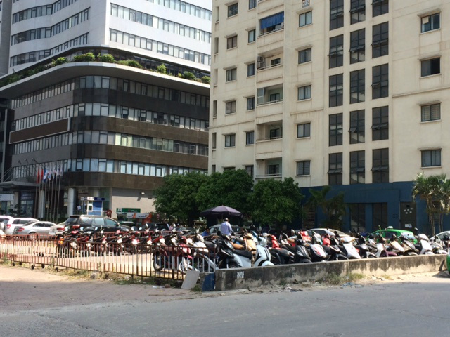 Khổ như chung cư Hà Nội: Dân leo rào, lách ô tô vào nhà