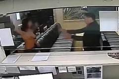 Một phụ nữ dùng 'núi đôi' tấn công nhân viên an ninh