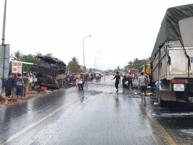 Xe giường nằm bốc cháy: 13 người chết, 45 bị thương