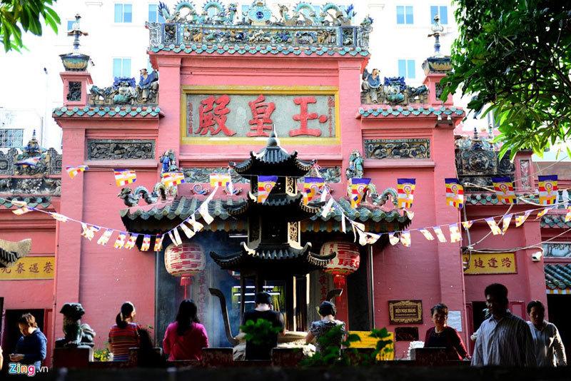 Halaman Kelenteng Kaisar Giok atau Chùa Ngọc Hoàng Điện