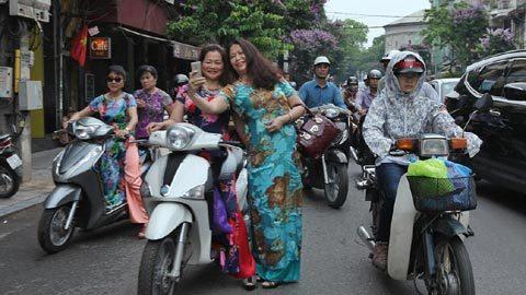 Selfie trên phố cổ sau khi bỏ phiếu