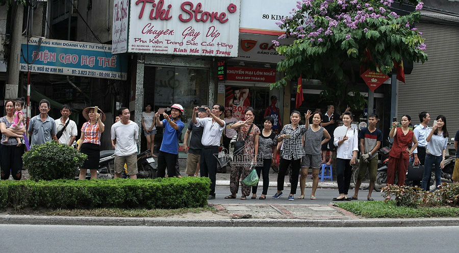 Người dân túa ra phố xem siêu xe chở ông Obama