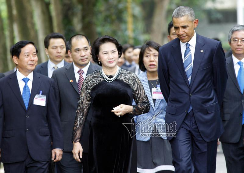 Tổng thống Obama cho cá ăn tại nhà sàn