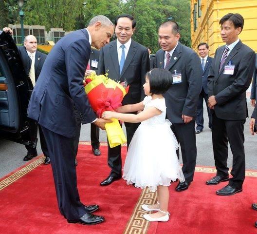 bé gái tặng hoa Obama, Obama thăm Việt Nam, Obama đến Việt Nam, Obama, tổng thống Obama, tổng thống Mỹ, barackobama