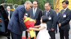 Bé gái lớp 1 tặng hoa Obama ở Phủ Chủ tịch