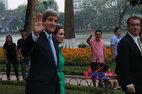 Ngoại trưởng Mỹ trò chuyện với người dân ở Hồ Gươm