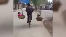 Video cha đi xe đạp, gánh 2 con như diễn xiếc