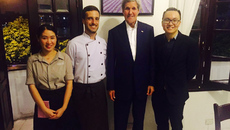 Ngoại trưởng Mỹ John Kerry ăn tối bên Hồ Tây