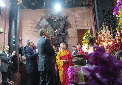 Phút tĩnh lặng hiếm hoi của ông Obama ở chùa Ngọc Hoàng