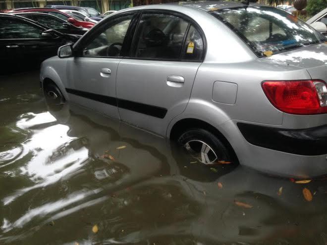 Ô tô chết ngập la liệt trong mưa lũ Hà Nội