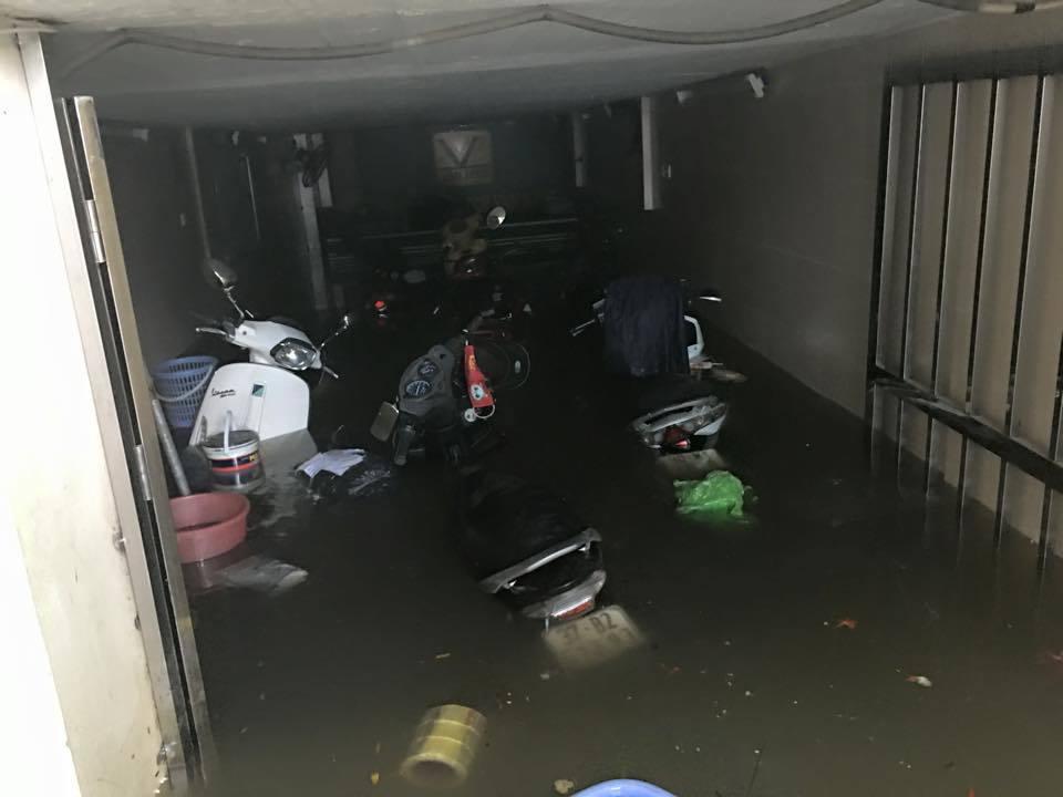 Dân chung cư 'đắp đập be bờ' cứu hàng trăm xế hộp