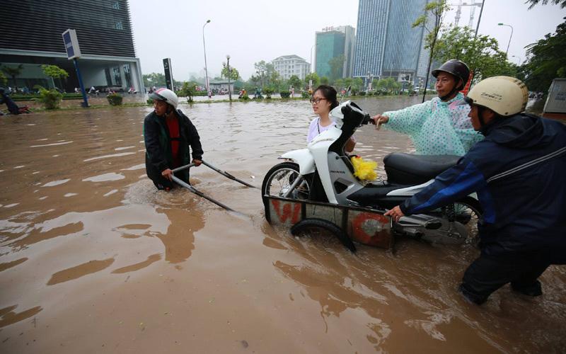 ngập lụt Hà Nội, lội nước, quấn váy lội nước, công sở