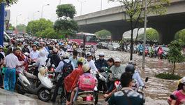 Hà Nội ngập nặng, giao thông hỗn loạn