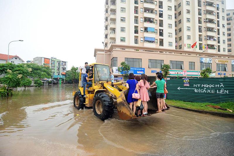 chèo thuyền, Hà Nội ngập nước , Hà nội ngập nặng, Hà Nội ngập, Hà Nội mưa lớn, mưa lớn, ngập lụt