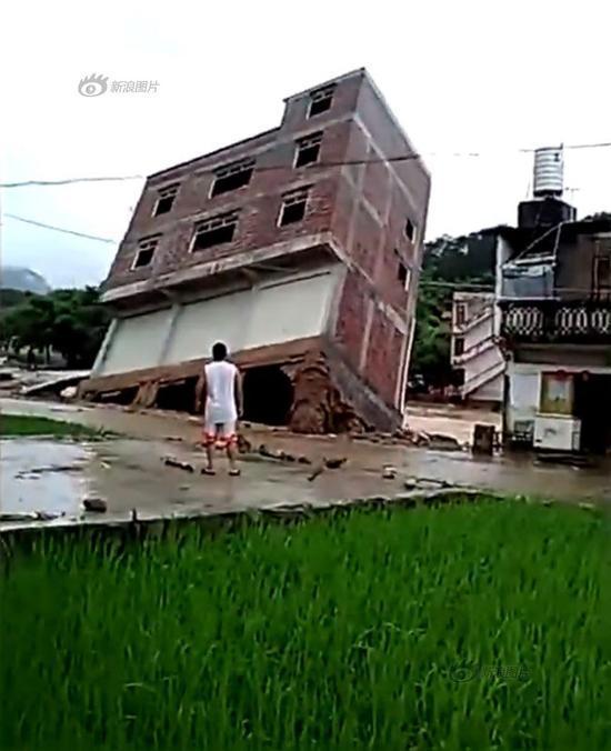 Xem tòa nhà ba tầng đổ rầm, trơ cả móng