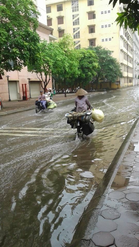 Sân trường ngập sâu, nước lênh láng ký túc