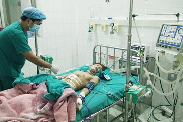 Sửa đèn pin Trung Quốc, nam sinh bị thủng ruột