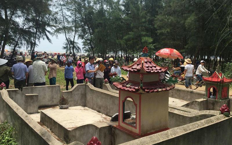 Giải cứu cá voi khổng lồ mắc kẹt ở bờ biển Nghệ An