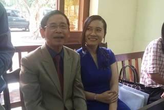 Đại gia Lê Ân cùng vợ trẻ vui vẻ tại tòa