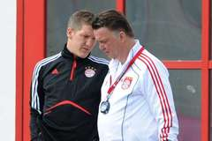 "Van Gaal vừa đi, Schweinsteiger vội ""bợ đỡ"" Mourinho"