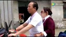 Chồng mù lái xe máy đèo vợ về thăm quê