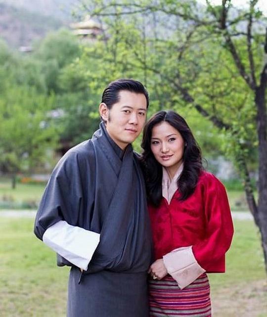 Quốc vương Bhutan vào bếp, trổ tài thái hành
