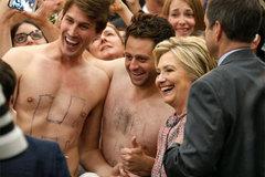 Hillary bối rối vì hai chàng đẹp trai cởi trần