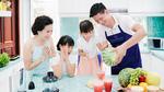 Bình Minh cùng hai con gái vào bếp