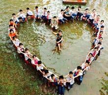 Kỷ yếu 'ngập lụt' có một không hai của học trò Hà Nội