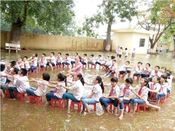 Học sinh lớp 5, học sinh lớp 5 xếp hình trái tim, sân trường ngập nước, học sinh Hà Nội