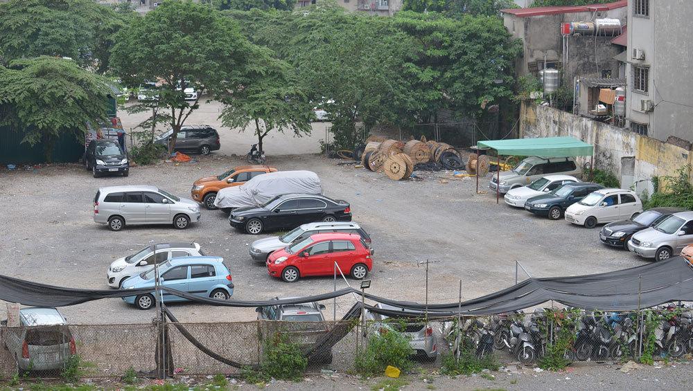 Những bãi đất trống tại bến xe bị sử dụng sai mục đích, trở thành bãi đáp của taxi dù, bãi thuê độc quyền của một số hãng xe, bãi bốc dỡ và tập kết hàng hóa của nhiều nhà xe tư nhân.