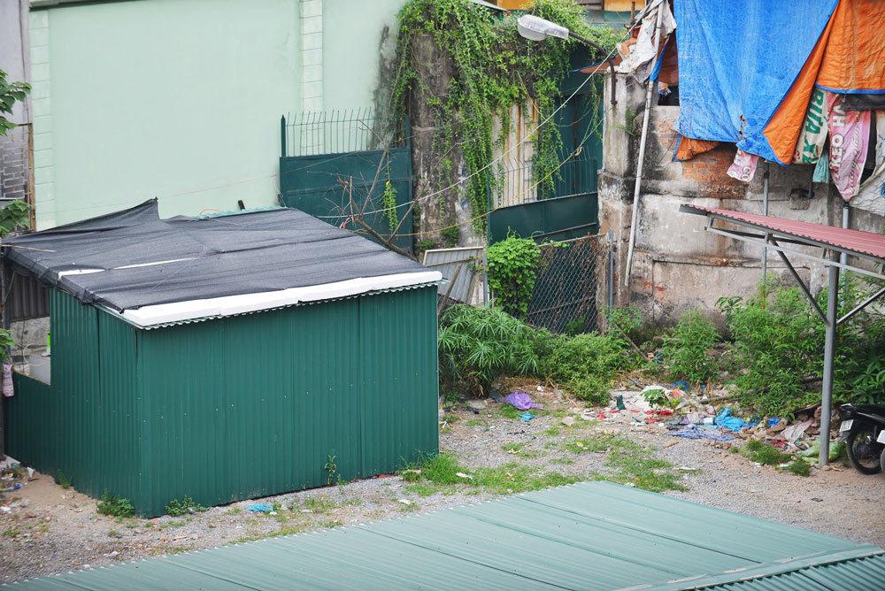 Lán, trại được dựng tự do, tạm bợ trong bãi bến để nuôi gà, thả chó, gây mất mỹ quan chung.