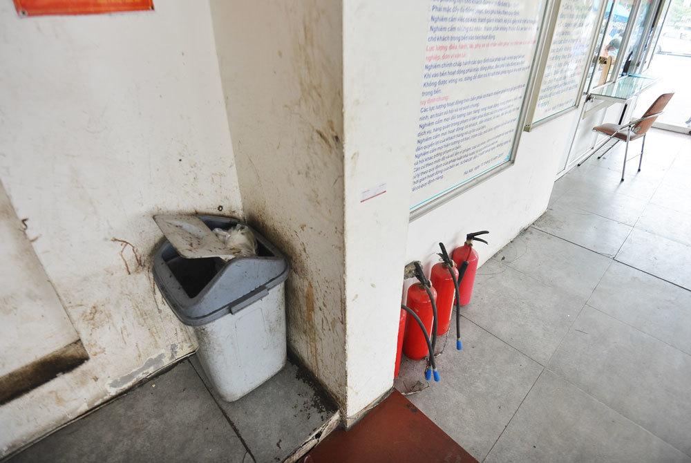 Thùng rác bung nắp, tường và sàn cáu bẩn. Bãi đỗ xe bốc mùi xú uế, mùi khai nồng nặc xộc vào giữa trưa hè nắng nóng khiến nhiều khách phải đeo khẩu trang trong lúc chờ tới giờ xe chạy.