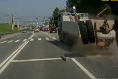 """Lái xe thất kinh vì pha """"nhả cả cụm trục lốp sau"""" của ô tô tải"""
